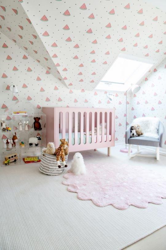 Neste quarto o destaque vai para o papel de parede parede-teto!