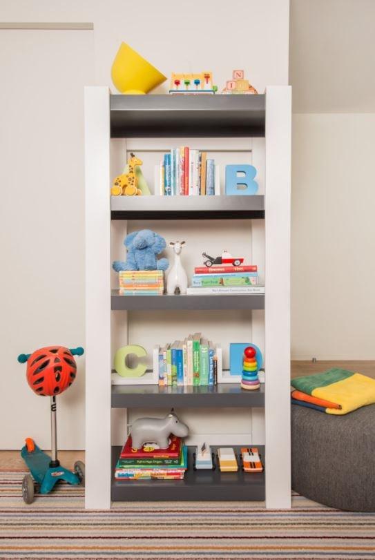 Prateleiras baixas com brinquedos ajudam a estimular o desenvolvimento e coordenação do bebê