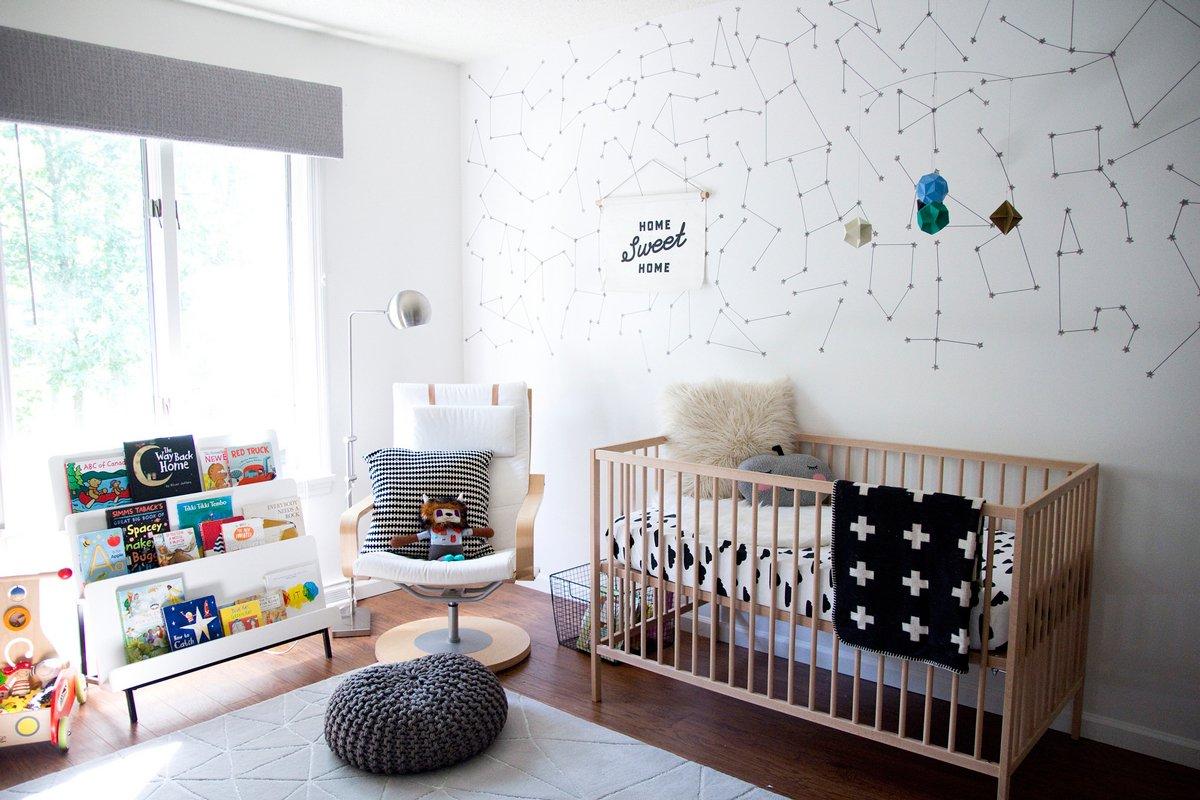 Você pode também decorar a parede com adesivos!
