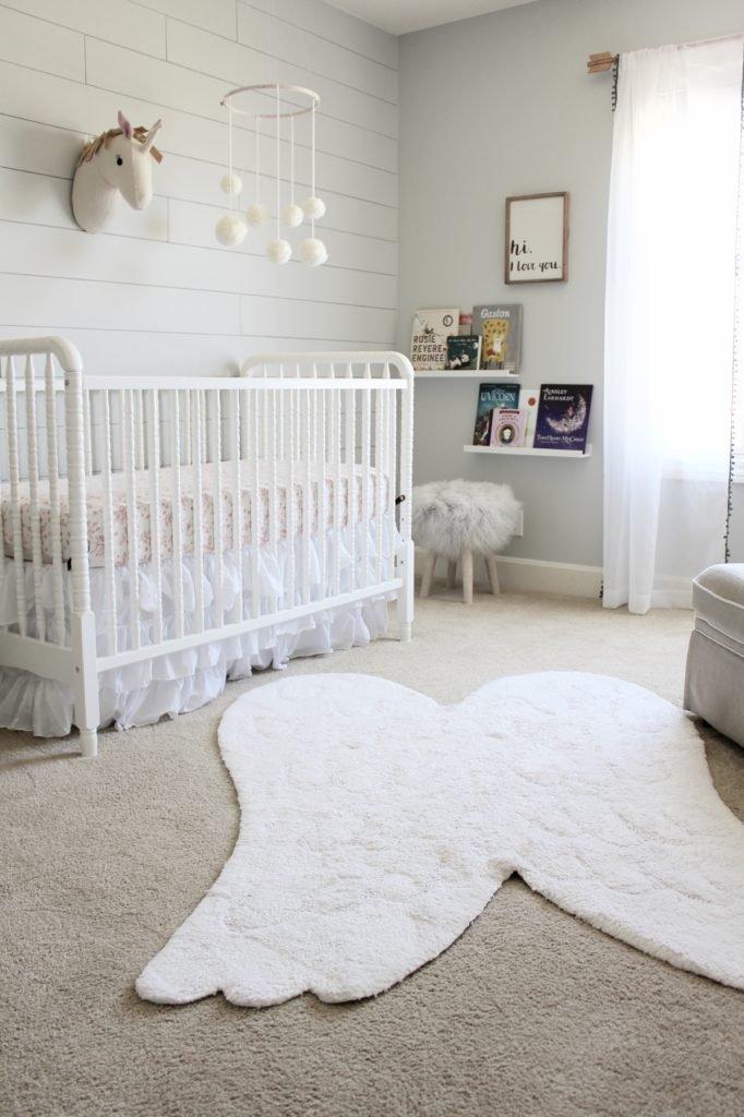 Neste quarto houve uma sobreposição de carpete com o tapete no formato de asa de anjo